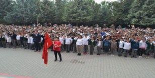 Bin 380 öğrenci aynı anda asker selamı vererek, Barış Pınarı'na destek oldu