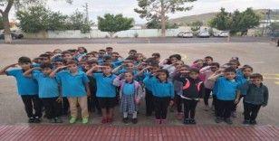 Bozyazı'da öğrenciler asker selamı vererek ders başı yaptı