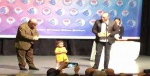 Yönetmen baba ödül alırken 2 yaşındaki kızı sahneye çıktı