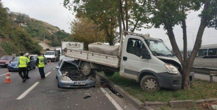 Samsun'da otomobil kamyonetin altına girdi: 2 yaralı