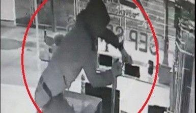 Poşetli telefon hırsızı kamerada