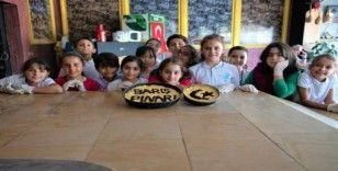 Çocuklar yaptıkları ekmeklerle Mehmetçiğe selam gönderdi