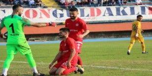Gol kaçıran oyuncuyu rakip takım kalecisi kollarında teselli etti