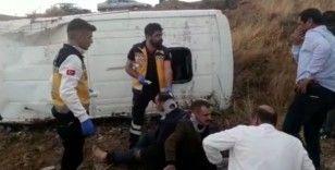 Minibüs, şarampole devrildi: 2 yaralı