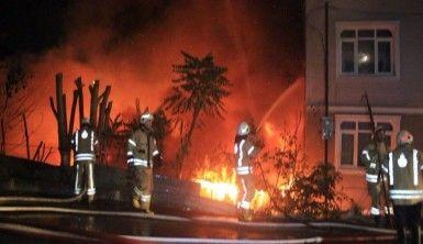 Kağıt deposu olarak kullanılan yerde çıkan yangın eve sıçradı