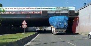 Aşırı yüklü kamyon trafiği tehlikeye soktu