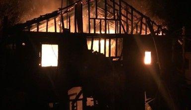 Kastamonu'da iki katlı ahşap ev yangında küle döndü