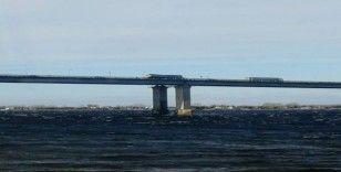 Rusya fırtına köprü üstündeki tırı yan yatırdı