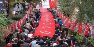 Binlerce kişi 300 metre bayrakla yürüdü
