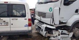 Kırmızı ışık ihlali yapan tır otomobile çarptı: 4 yaralı