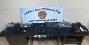 Poşet içerisine düzenek yerleştirip 15 bin liralık kıyafet çaldılar