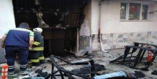 Apartman garajına sıçrayan yangın paniğe neden oldu
