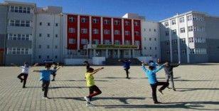 Tarım Meslek Lisesi öğrencileri halk oyunları öğreniyor