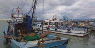 Karadenizli balıkçılar kötü hava koşulları ve balık yokluğundan limana demirledi