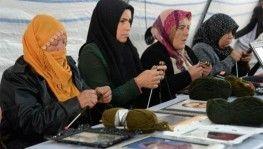 Evlat nöbetindeki anneler Mehmetçiğe atkı ördü