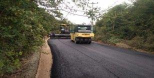 Bin 700 metrelik köy yoluna sıcak asfalt