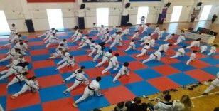 70 karateci bir üst kuşağa terfi etti