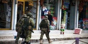 Rus askeri Suriye'de halkın içinde