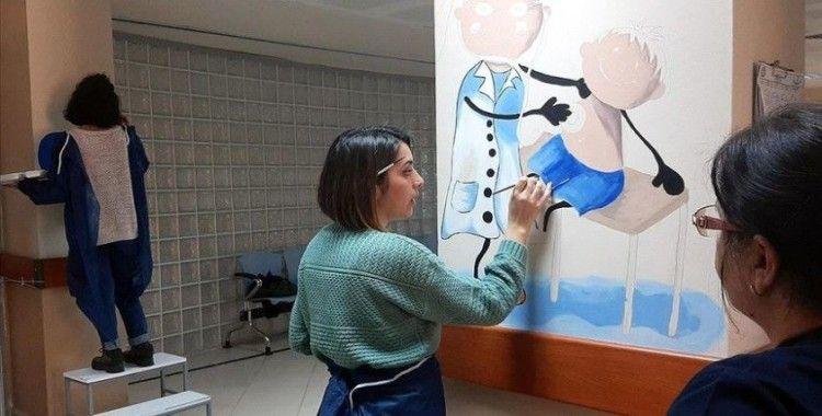 Çocuklar hastane korkusunu öğretmenlerinin resimleriyle aşacak