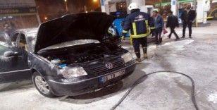 Yakıt aldıktan sonra LPG tüpü patlayan araç alev alev yandı