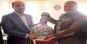Erdoğan'a el yapımı çini vazo