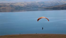 Baraj manzarası eşliğinde yamaç paraşütü keyfi