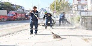 Başkan Murat Köse sokakları süpürdü