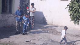 Minik Yusuf'un dramı: Sürekli ısırdığı ellerini plastik şişeye bağlıyorlar