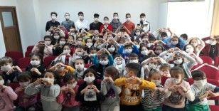 70 çocuk maskesini taktı, lösemili çocuklara destek için şarkı söyledi