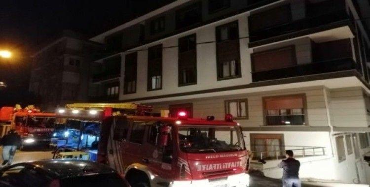 Kapalı otoparkta yanan araç binadakileri mahsur bıraktı