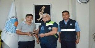 Vatandaşın düşürdüğü cüzdanı Büyükşehir personeli buldu