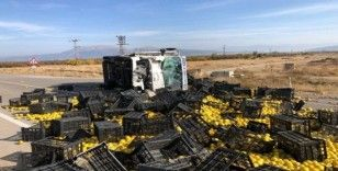 Isparta'da ayva yüklü kamyon devrildi: 1'i ağır, 5 yaralı