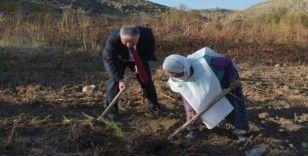 Asırlık nine 'Geleceğe Nefes Ol' kampanyasına fidan dikerek destek verdi
