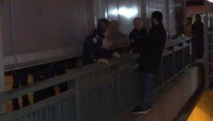 Sevgilisinde ayrıldığı için intihar etmeye çalışan genci müzakereci polis kurtardı