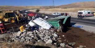 Gübre yüklü kamyon devrildi: 1 ölü