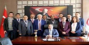 İl Sağlık Müdürü Benli, Başarıyı Madalya ile Tebrik Etti