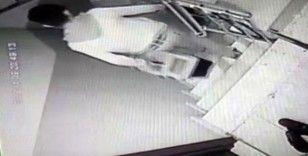 (Özel) İki hırsızın apartmanda hırsızlık yaptığı anlar kamerada
