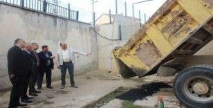 Kaymakam Yavuz okul bahçesindeki sıcak asfalt çalışmalarını yerinde inceledi