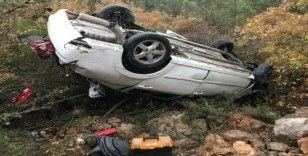 Taklalar atarak 80 metrelik şarampole yuvarlanan aracın sürücüsü o araçtan sağ çıktı