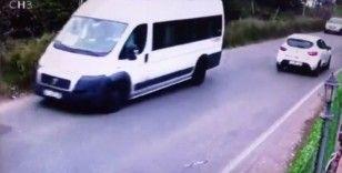 (Özel) Kartal'da servis minibüsünün devrilme anı kamerada