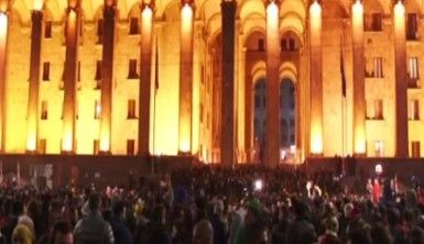 Gürcistan'da halk sokaklara döküldü
