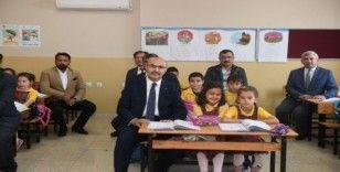 Vali Demirtaş, Yumurtalık Barbaros İlkokulu'nu ziyaret etti