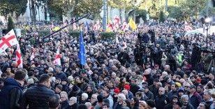 Eylemciler, Gürcistan parlamentosu önünde nöbette