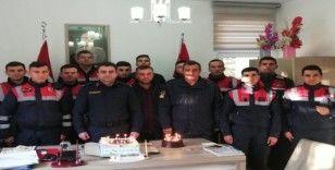 Jandarma ekibinden komutanları Teğmen Yassıkaya'ya doğum günü sürprizi