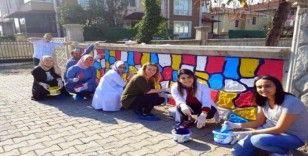Anaokulu öğretmenleri ara tatilde okulun bahçe duvarını boyadı