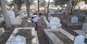 Tarsus'ta mezarlıklar temizleniyor