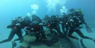 20 metre derinde Türk bayrağı açtılar