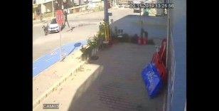 (Özel) Motosiklet sürücüsünün havada taklalar attığı anlar güvenlik kamerasında