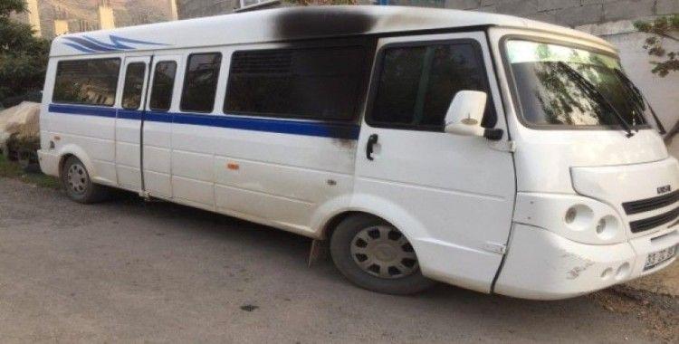 Mersin'de park halindeki öğrenci minibüsü kundaklandı
