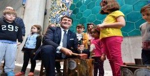Başkan Dündar, ilk akçeyi çocuklara bastı